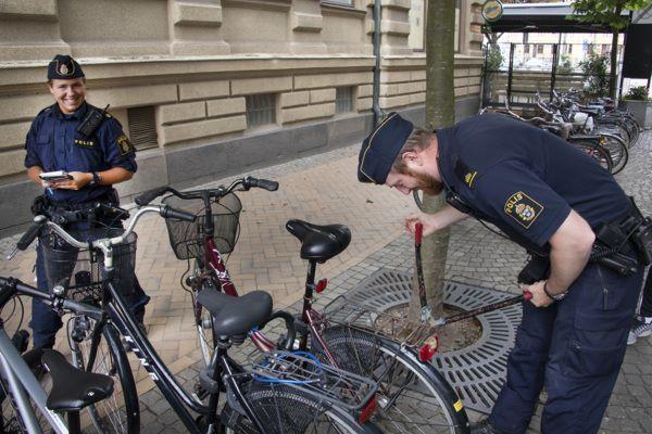 Poliser som klipper upp ett cykellås
