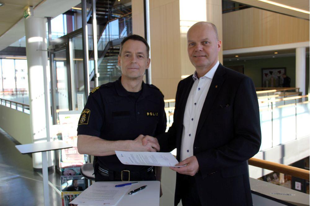 Polisen och Knivsta kommun tecknar medborgarlöfte.