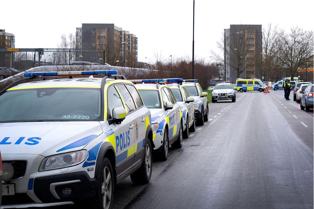 Polisbilar på rad utmed väg, Holma Malmö.