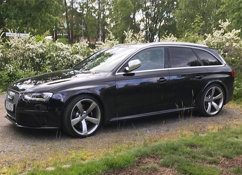 Svart Audi RS4 Avant stulen efter villainbrott i Båstad