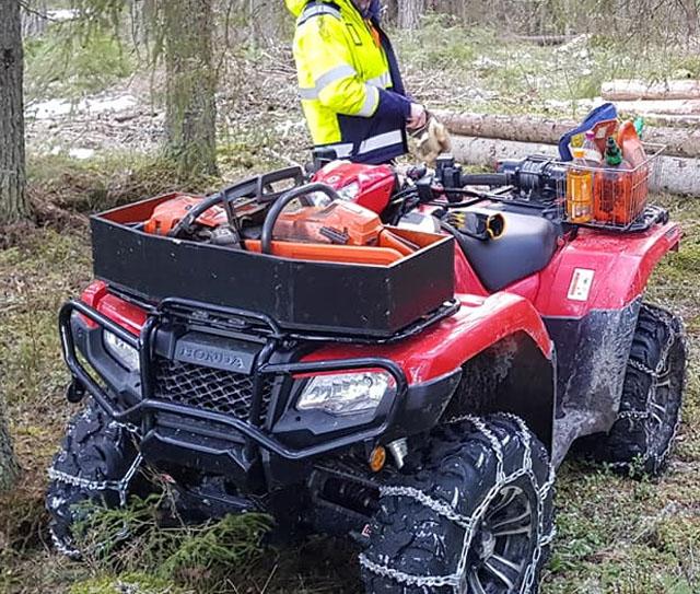 Röd fyrhjuling Honda Rubicon stulen i Harbo nordväst om Uppsala