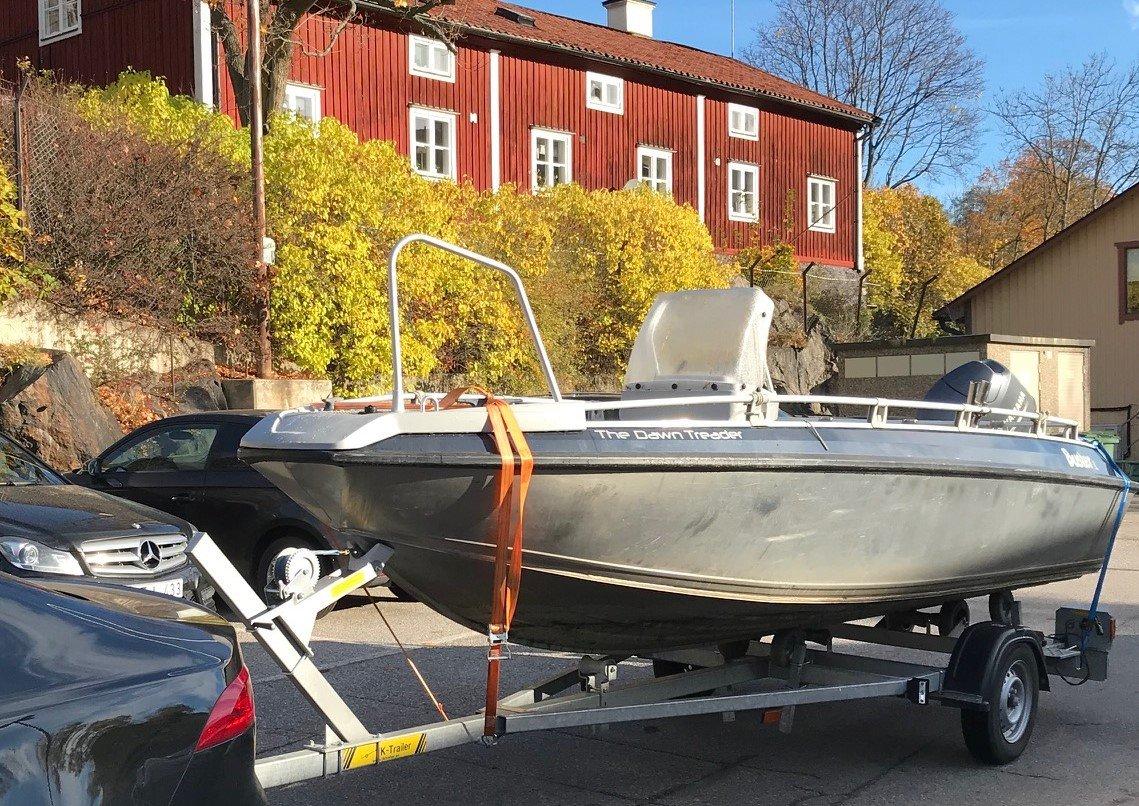 Buster L med 50 Hk Yahama stulen på trailer i Södertälje