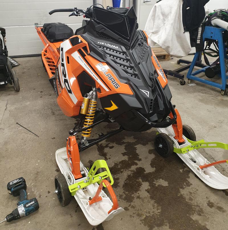 Orange snöskoter Polaris 850 PRO RMK 163 PIDD stulen efter garageinbrott i Rimbo norr om Stockholm