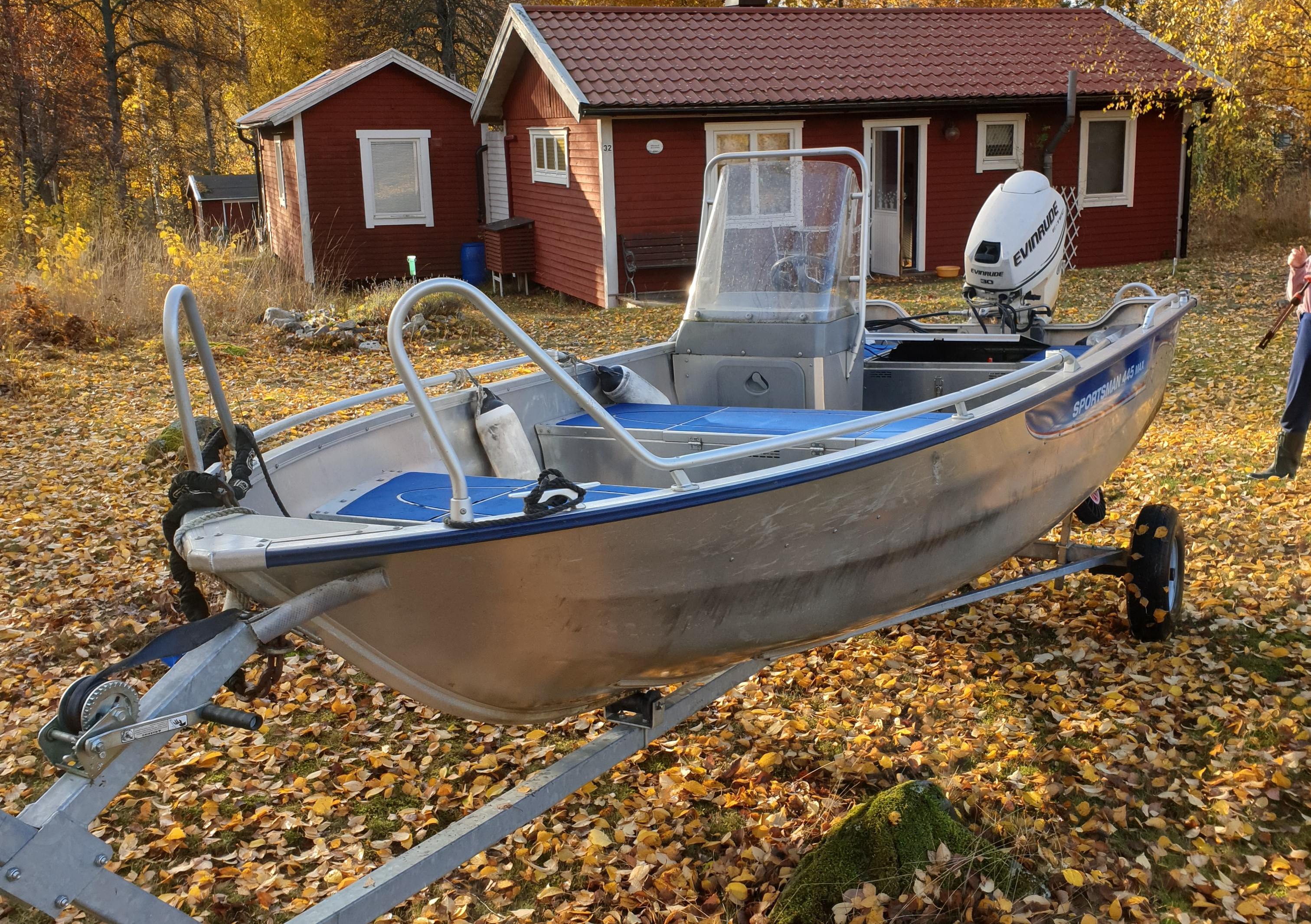Linder 445 Sportsman med 30 Hk Evinrude stulen i vattnet vid Stallarholmen 15 km öster om Strängnäs