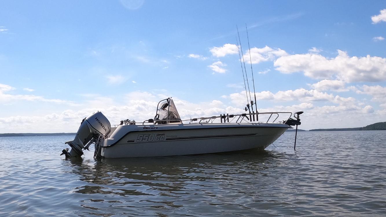 Sportfiskeutrustad Micor 550 CC med 60 hk Honda stulen från bryggan vid Göta Båtklubb Enköping.
