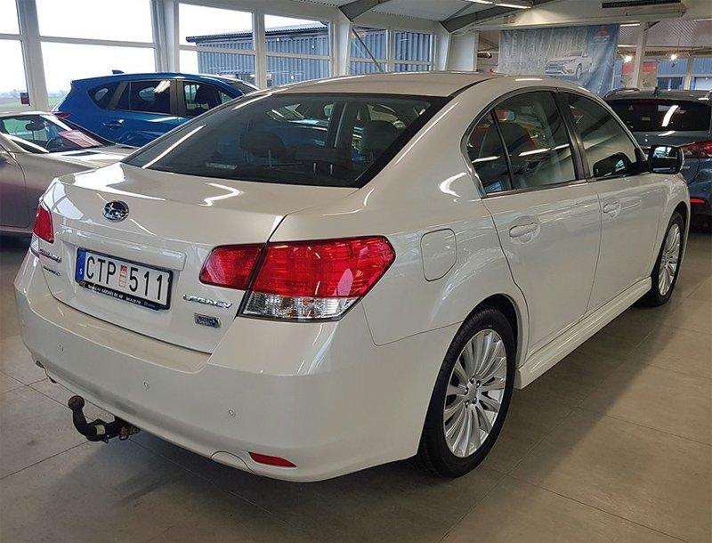 Vit Subaru Legacy 2.0 Sedan stulen i Tomelilla
