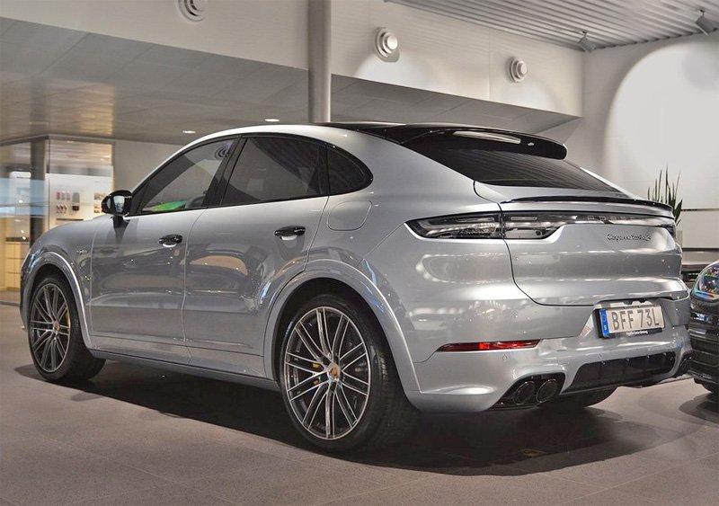 Silvermetallic Porsche Cayenne Coupé Turbo S E-Hybrid stulen i Unnaryd